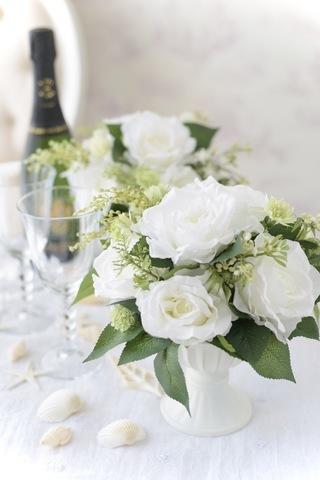 真っ白いバラのシンプルアレンジ