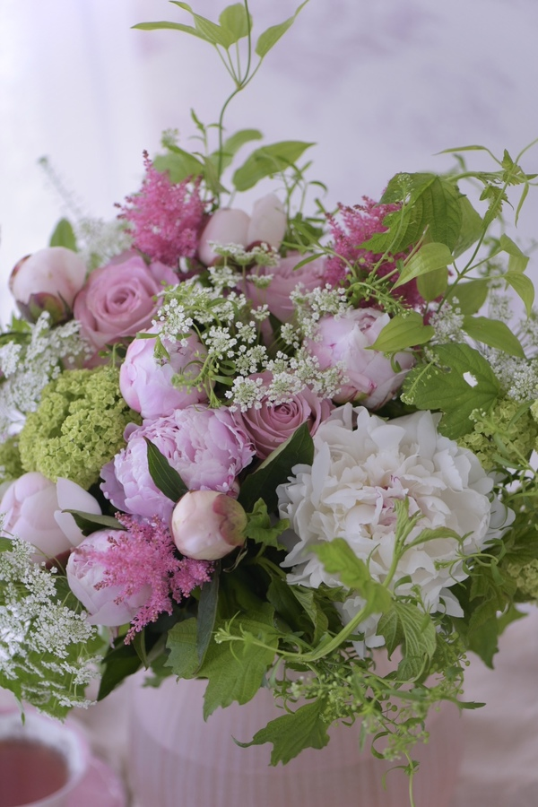 今年の母の日は、美しいピオニーやバラの入ったフレッシュブーケを贈りませんか?