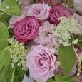 愛らしいピンクのバラのブーケの画像2